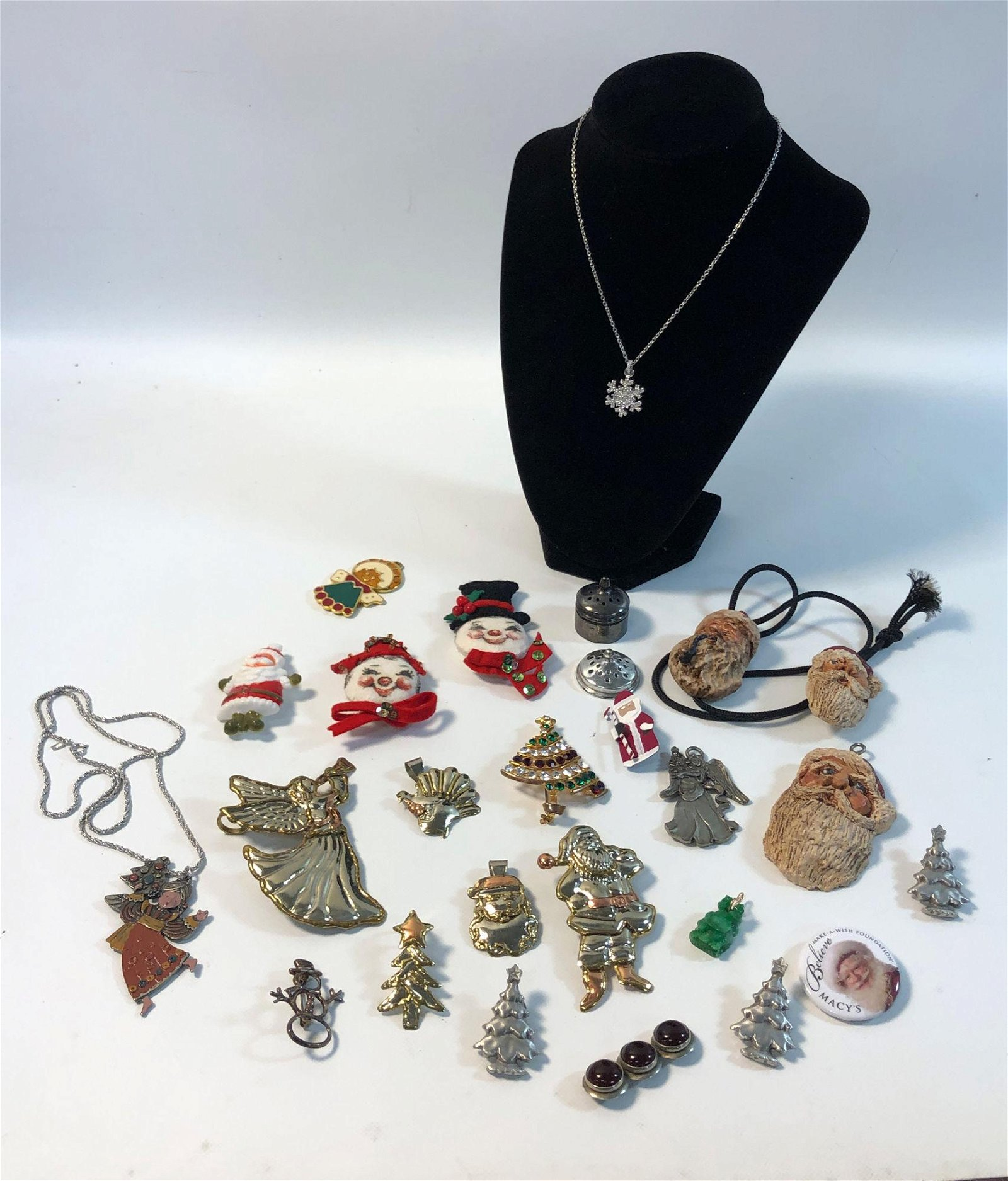 LOT OF ASSORTED HOLIDAY PINS AND ACCESSORIES