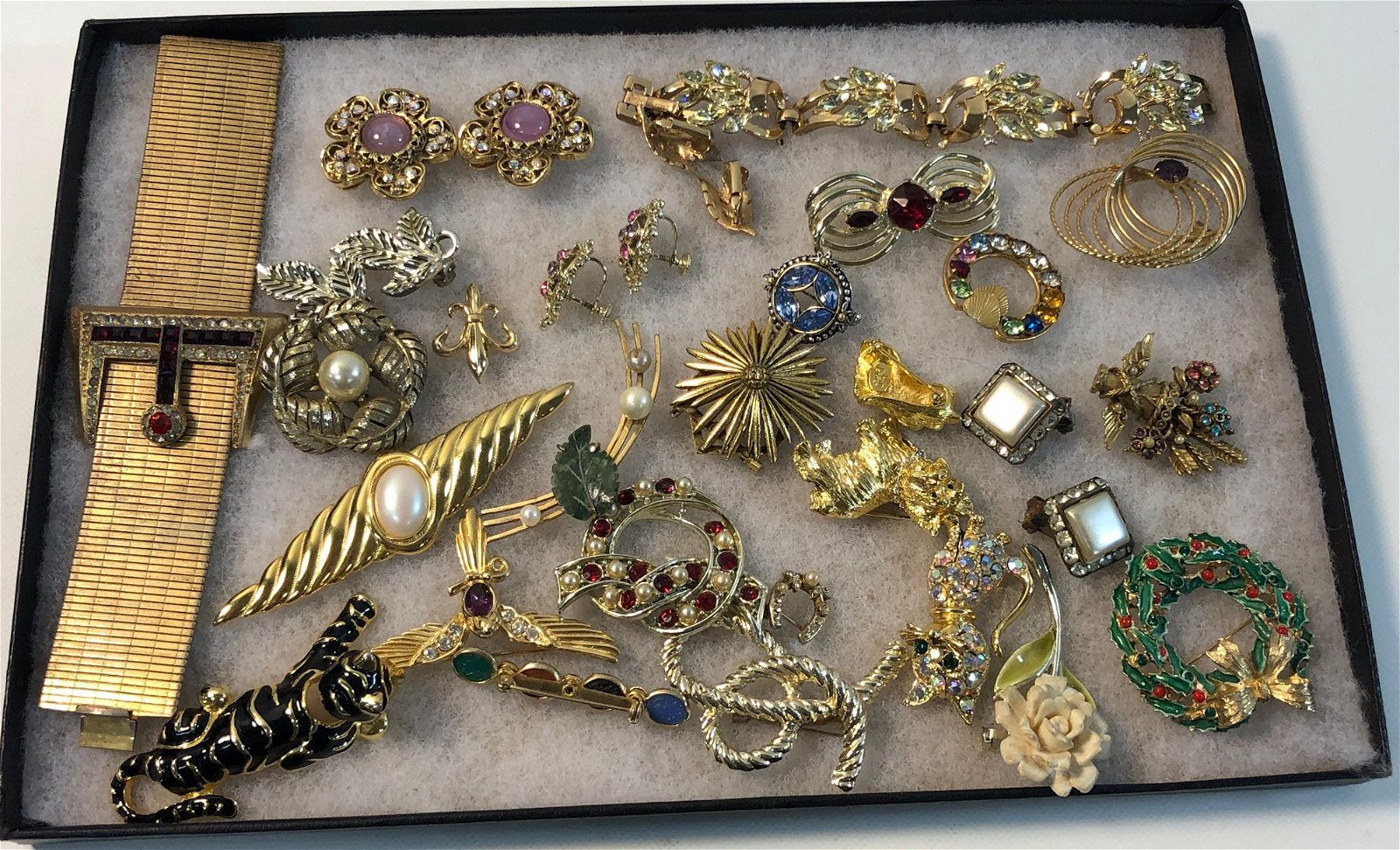 LOT OF VINTAGE TO MODERN FASHION JEWELRY AND PINS