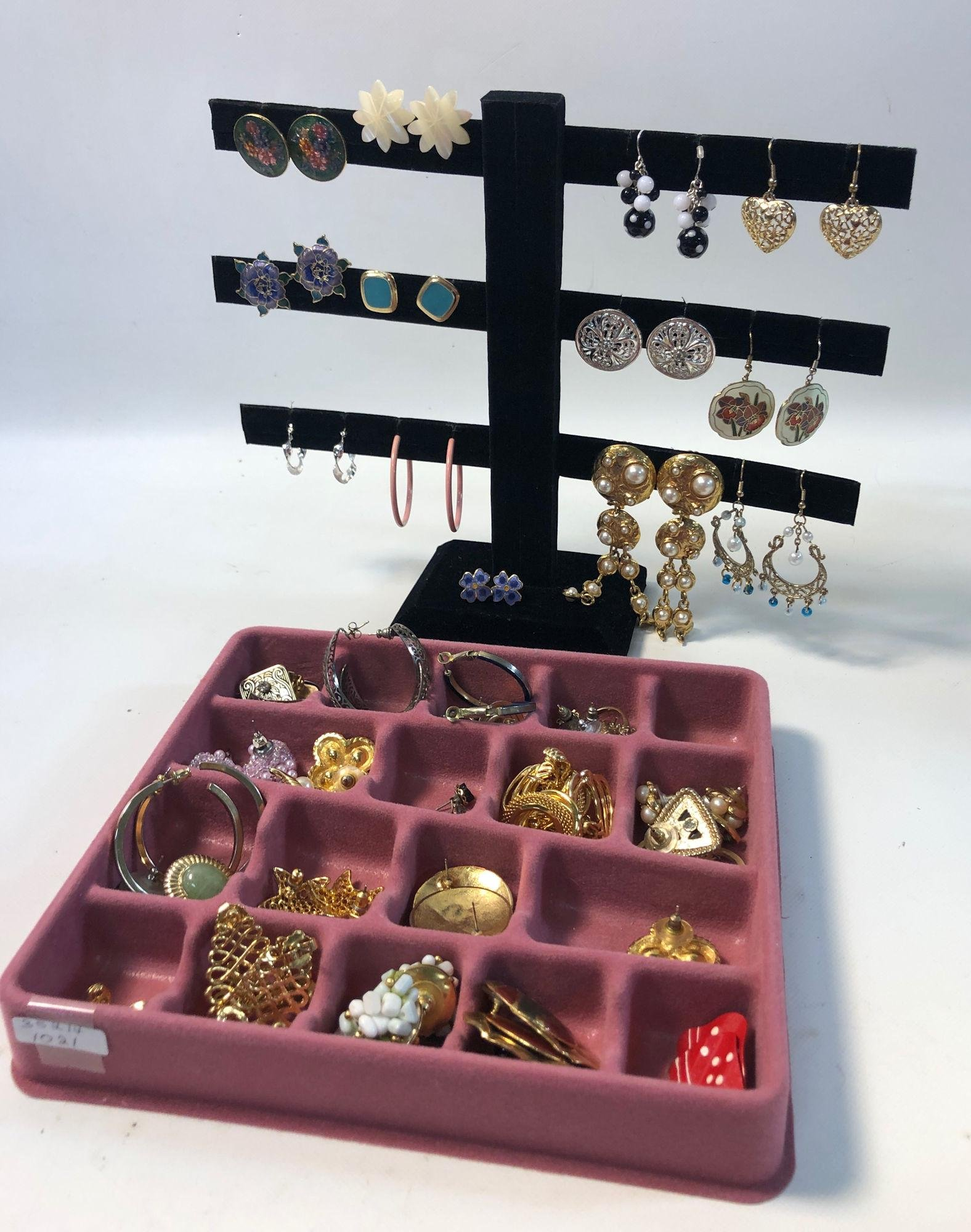 LOT OF ASSORTED COSTUME AND FASHION EARRINGS