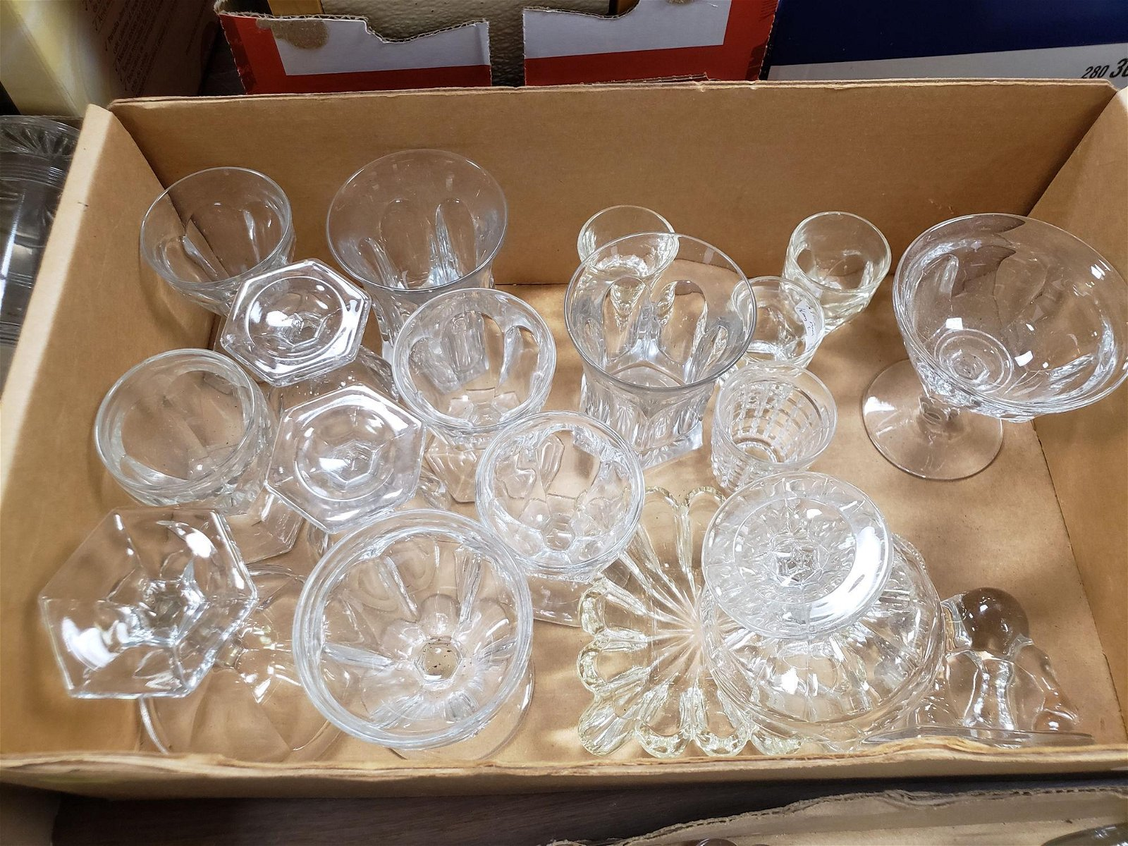 BOX LOT GLASS INCLUDING HEISEY COLONIAL ITEMS