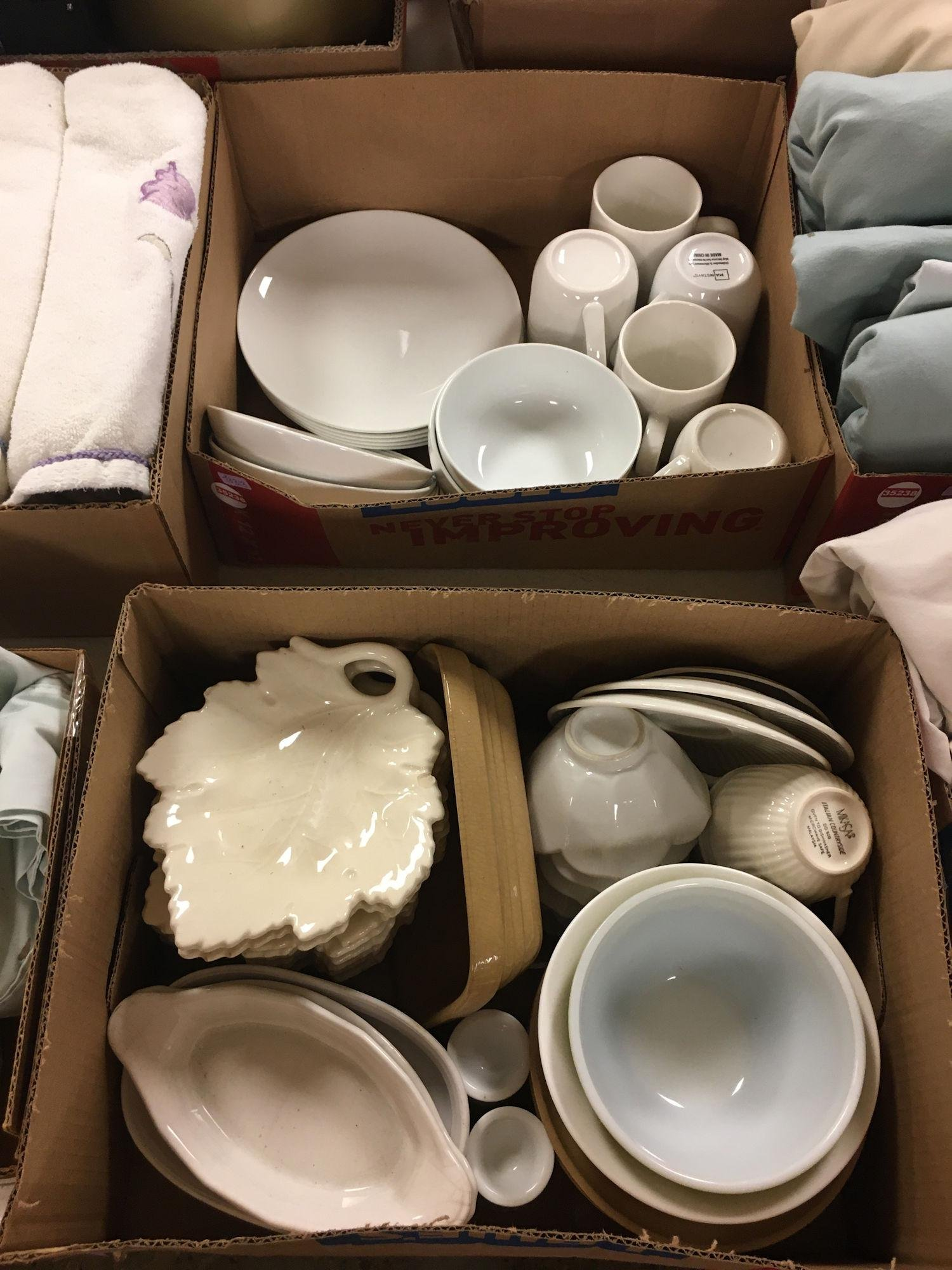 2 BOX LOTS WITH LEAF SNACK TRAYS, WHITE PLATES AND