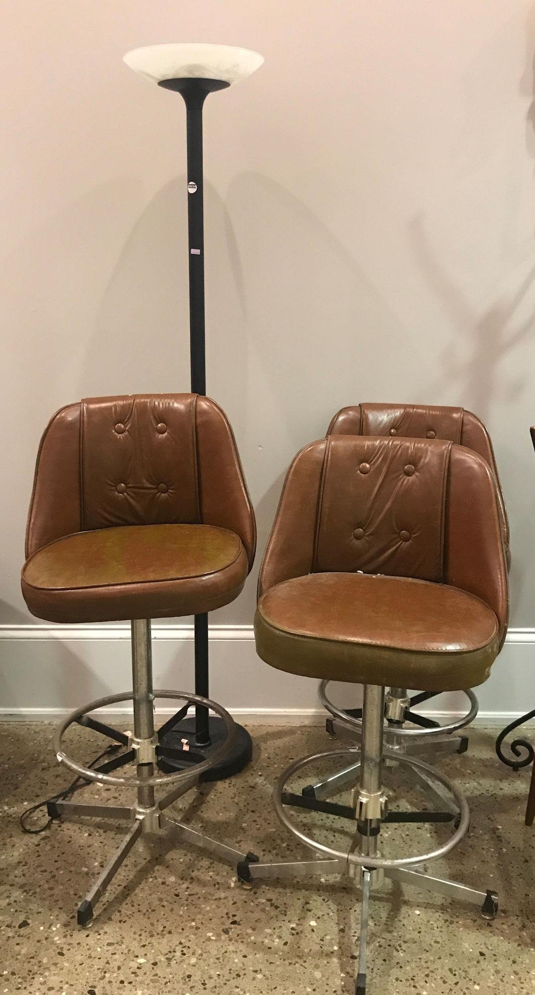 3 SWIVEL BAR CHAIRS WITH VINYL UPHOLSTERY AND LAMP