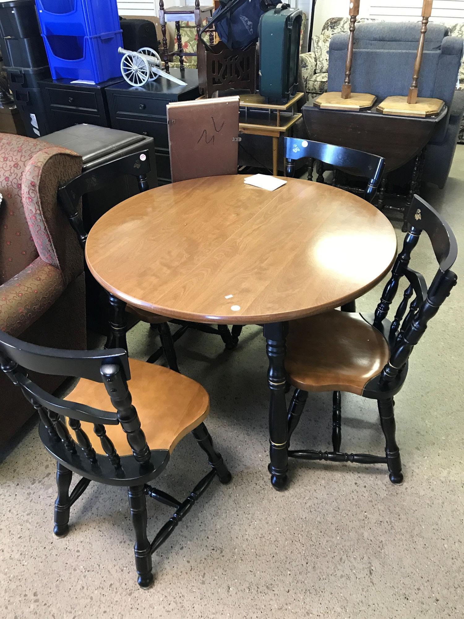 KITCHEN TABLE WITH 4 MATCHING CHAIRS AND 2 LEAVES
