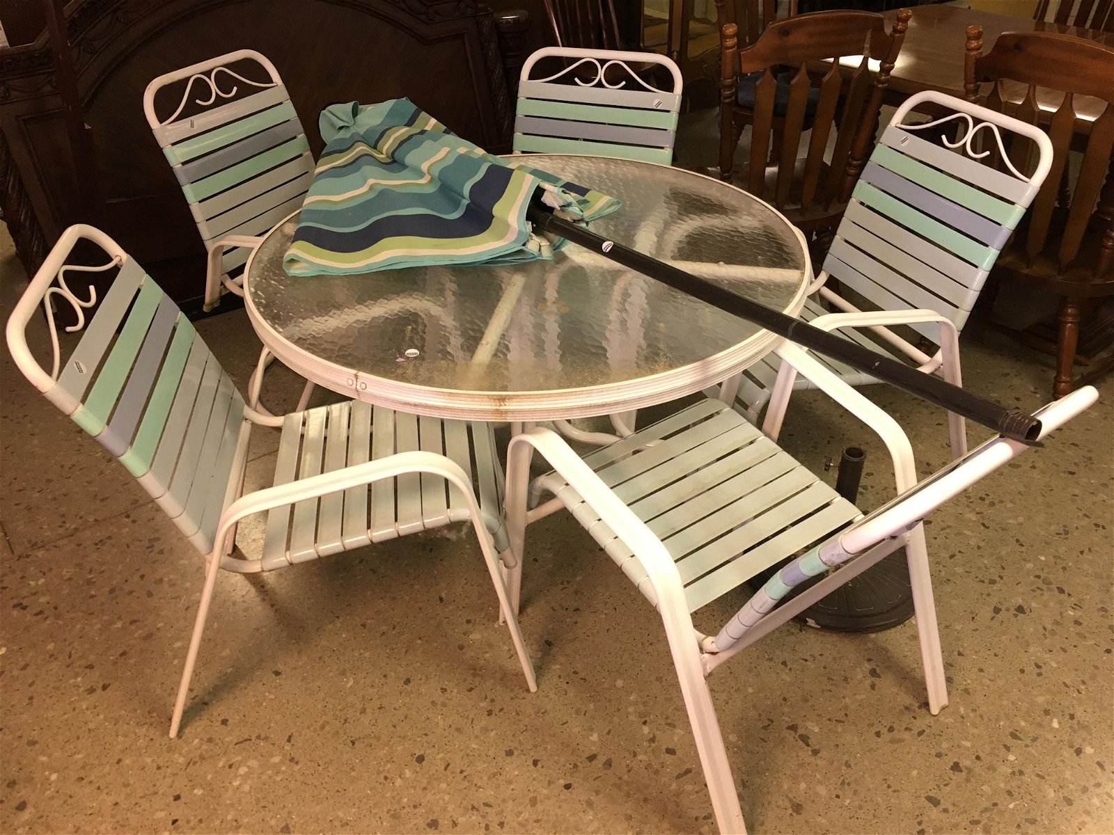 PATIO TABLE WITH 5 CHAIRS AND UMBRELLA