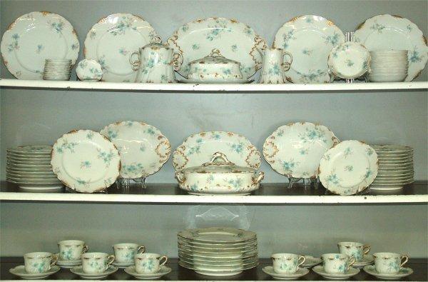 15008: 85 PC SET HAVILAND LIMOGES DINNERWARE W/BLUE FLO
