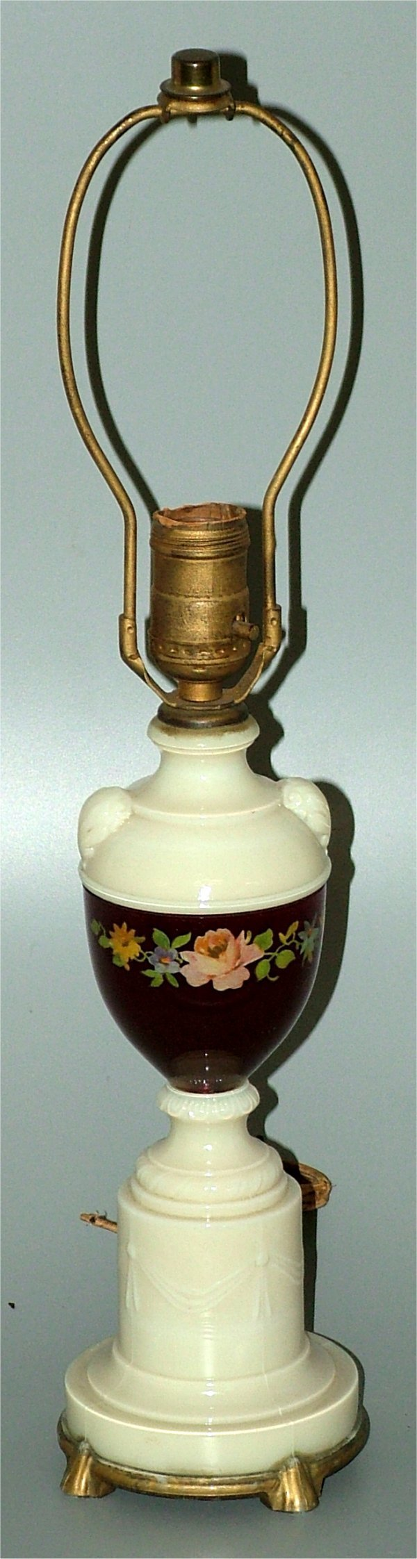 15012: OPAQUE GLASS TABLE LAMP W/REVERSE DECORATED FLOR