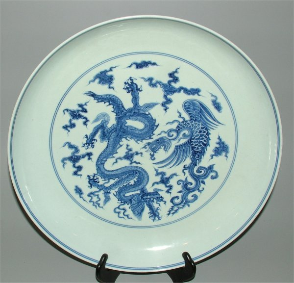 5610: CHING DYNASTY BLUE & WHITE CHARGER W/DRAGON CHIEN