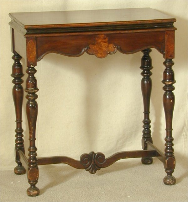 909: 1920'S MAHOGANY PARLOR TABLE W/STRETCHER