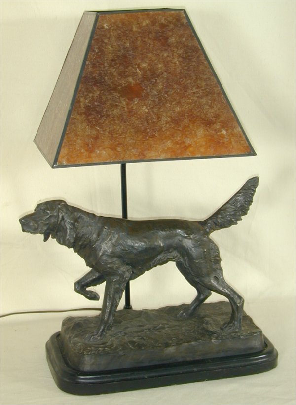 918: HUNTING DOG TABLE LAMP W/MICA STYLE SHAD