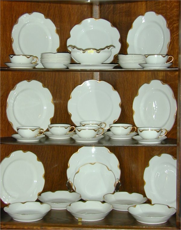 5005: 43 PC SET HAVILAND LIMOGES DINNERWARE W/GOLD BAND