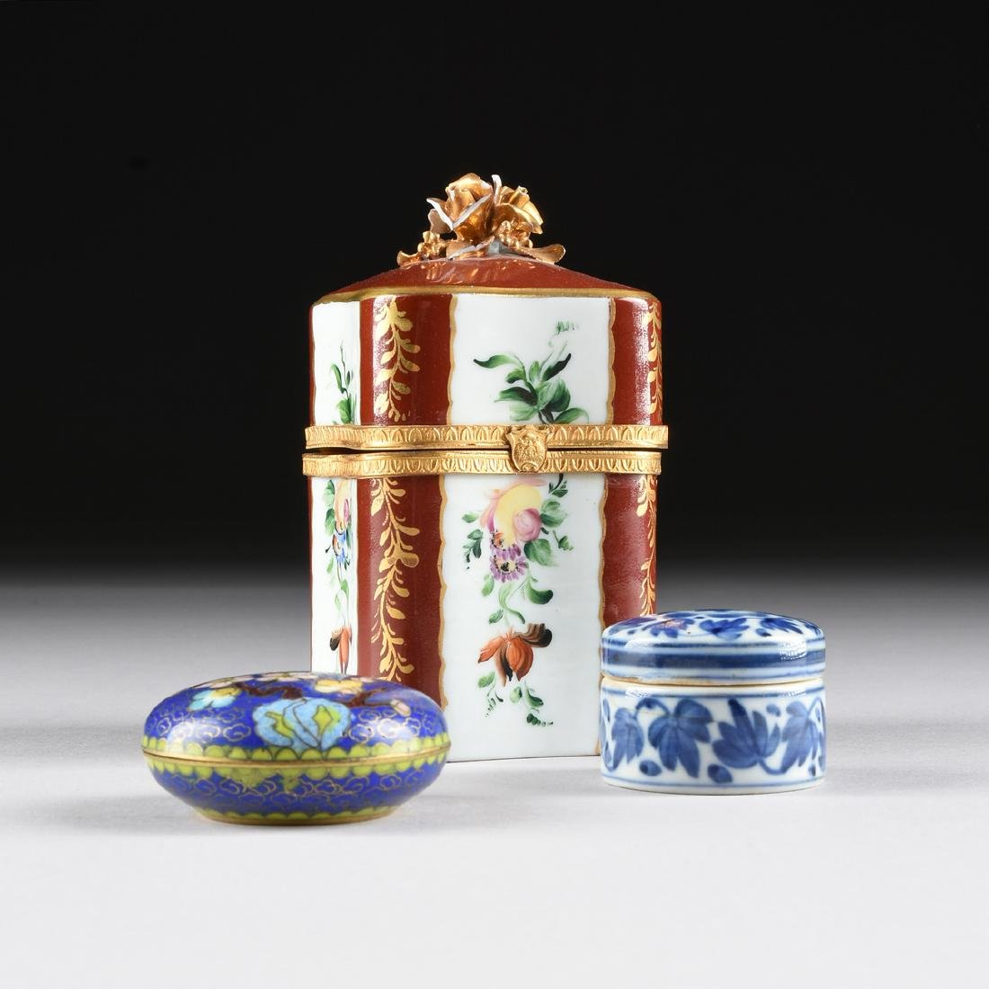 AN ASSEMBLED GROUP OF THREE SMALL PORCELAIN AND