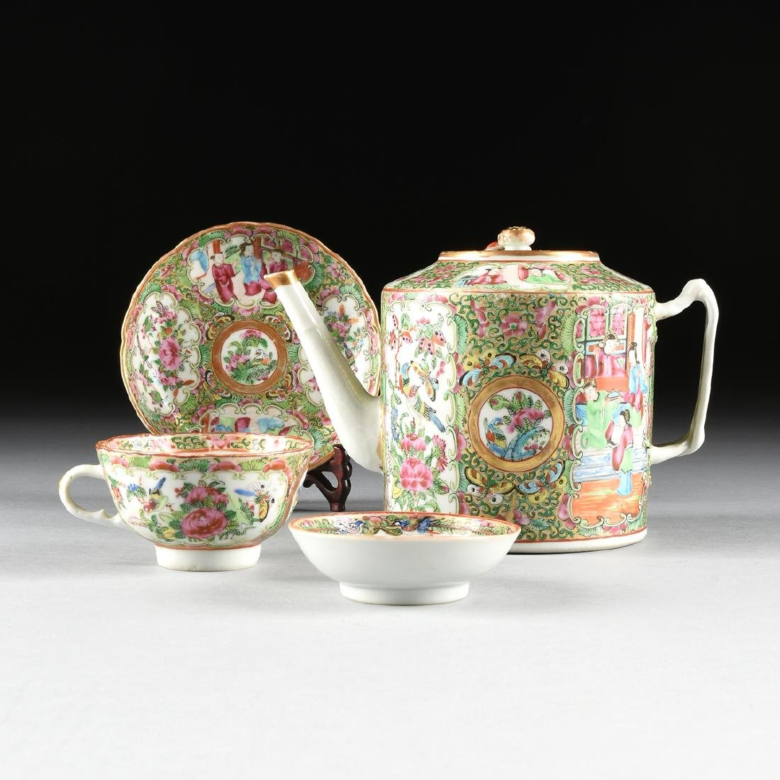 """A CHINESE EXPORT PORCELAIN """"ROSE MEDALLION"""" PATTERN"""
