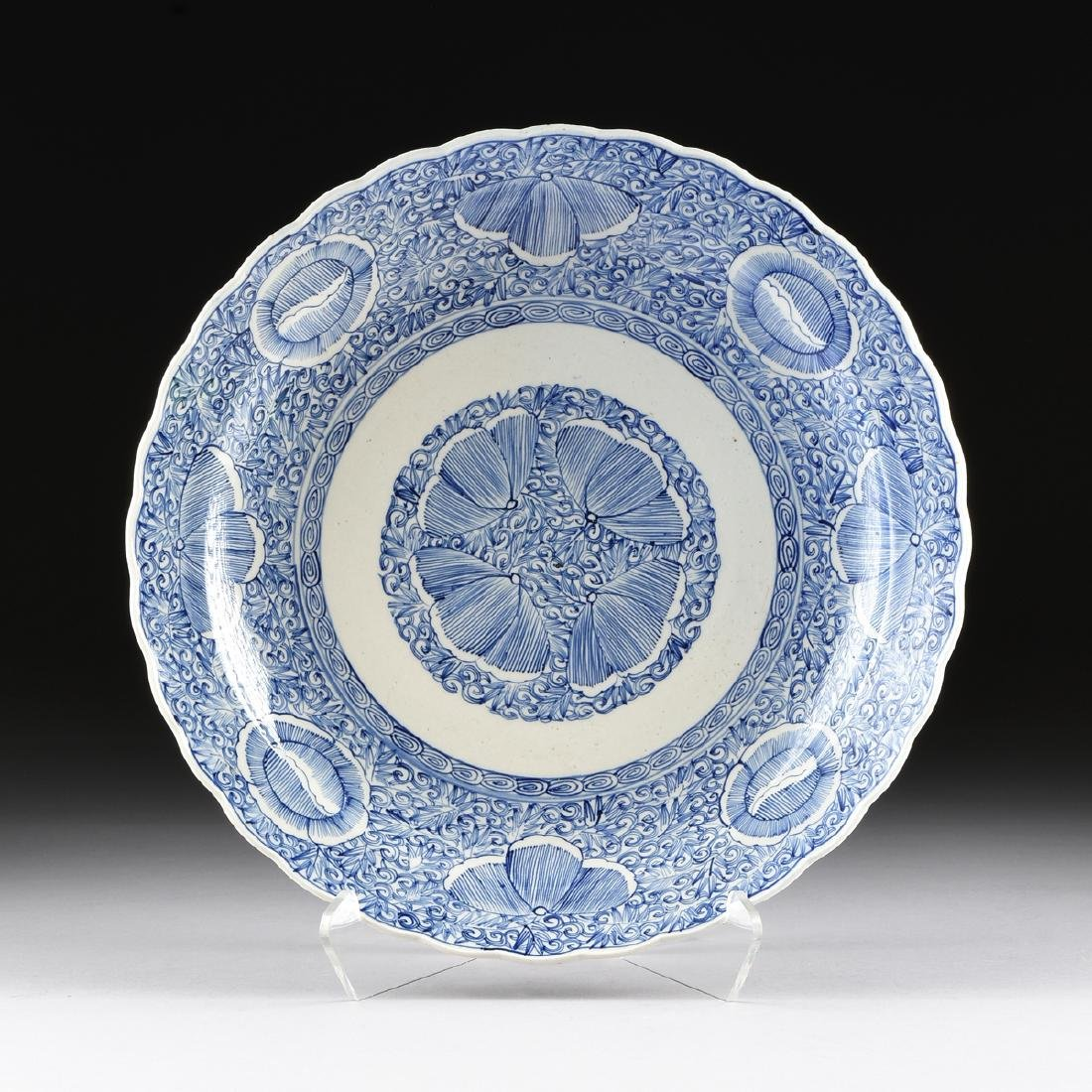 A LARGE CHINESE BLUE AND WHITE PLATE,