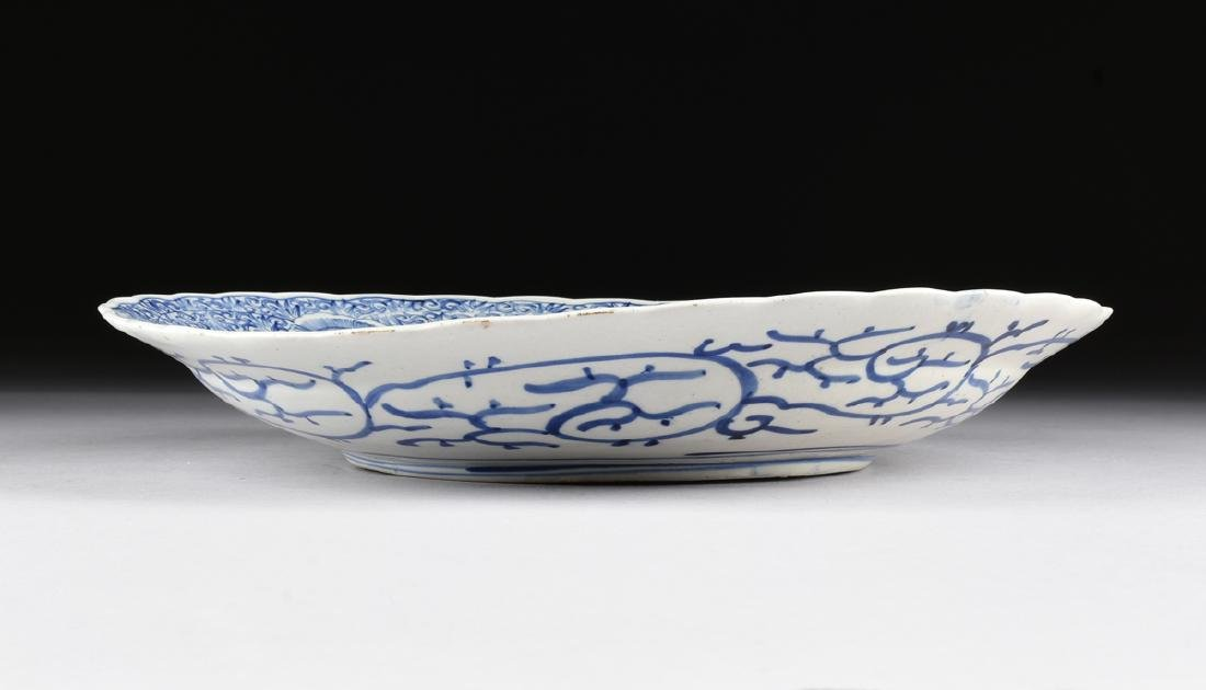 A LARGE CHINESE BLUE AND WHITE PLATE, - 2