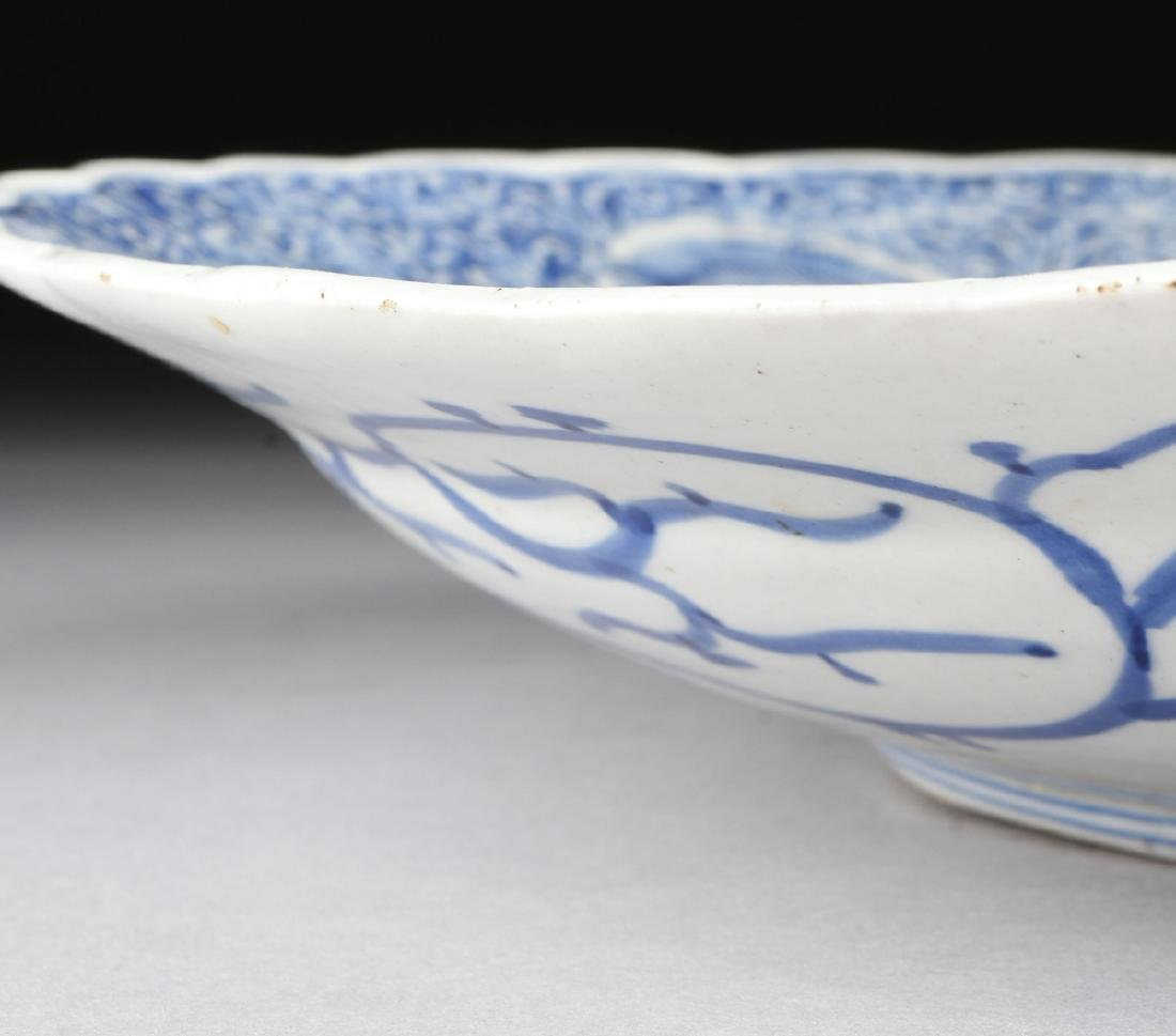 A LARGE CHINESE BLUE AND WHITE PLATE, - 8