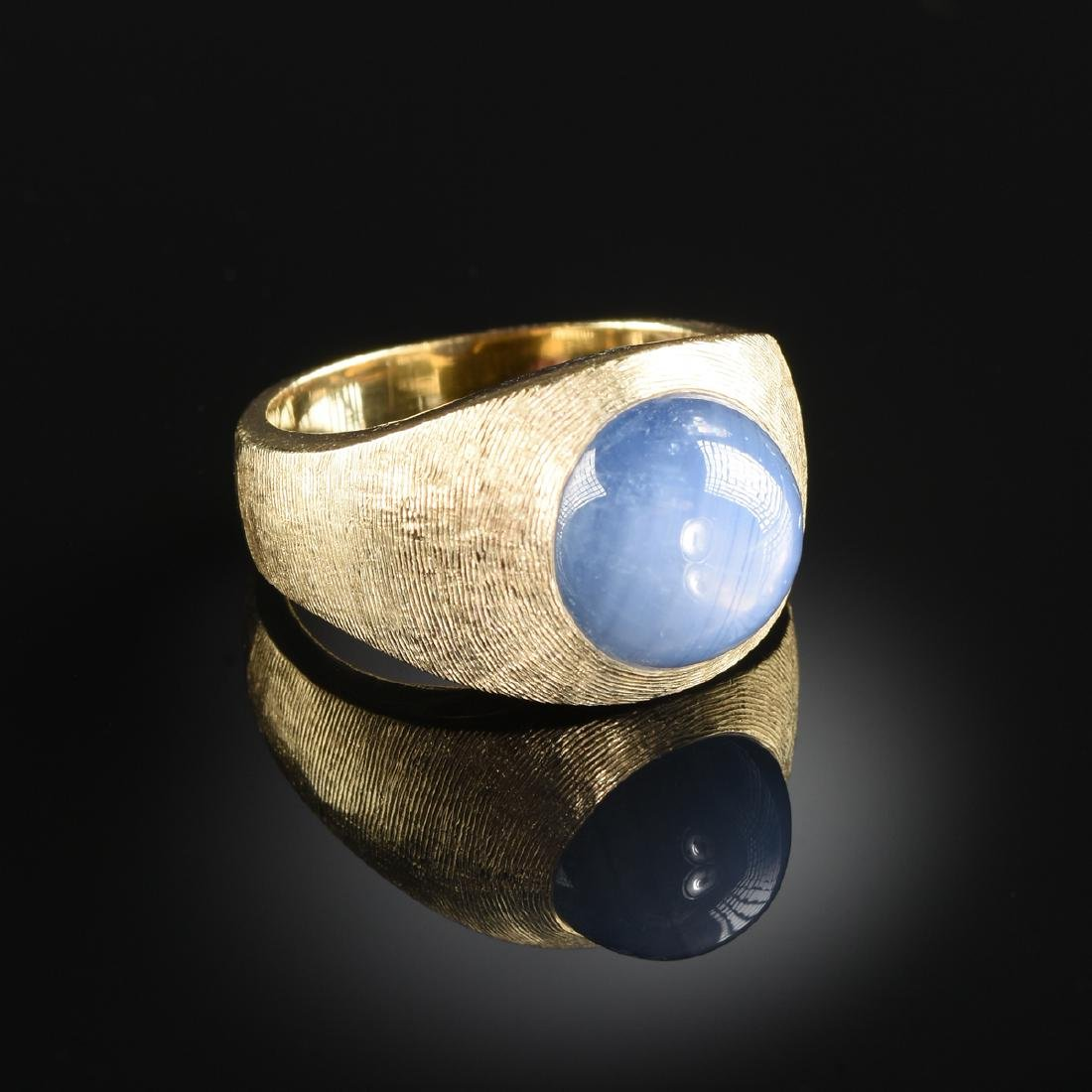 A 14K YELLOW GOLD AND GRAY/BLUE STAR SAPPHIRE