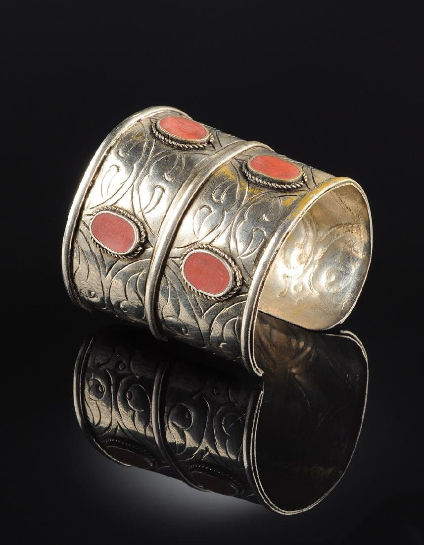 A JEWISH YEMENITE AMBER LADY'S ARM CUFF, 19TH CENTURY,