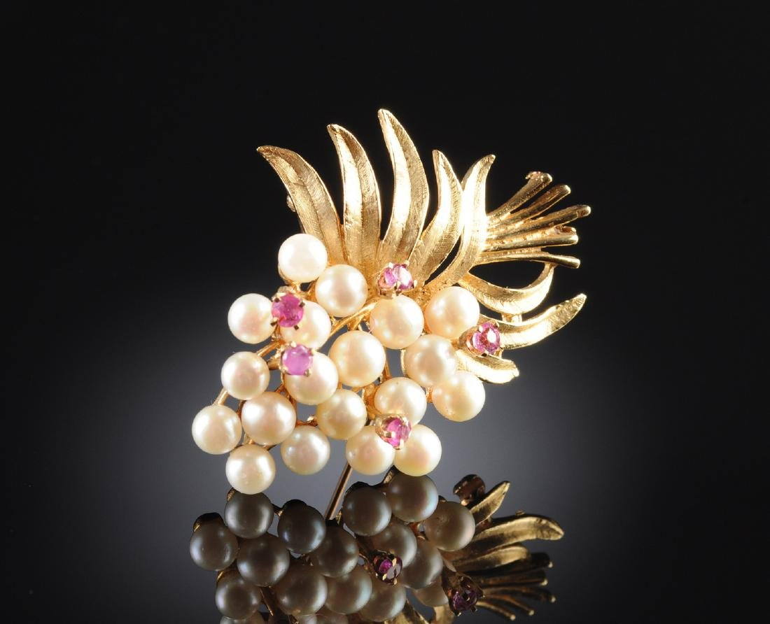 A 14K YELLOW GOLD, PEARL, AND RUBY LADY'S BROOCH,