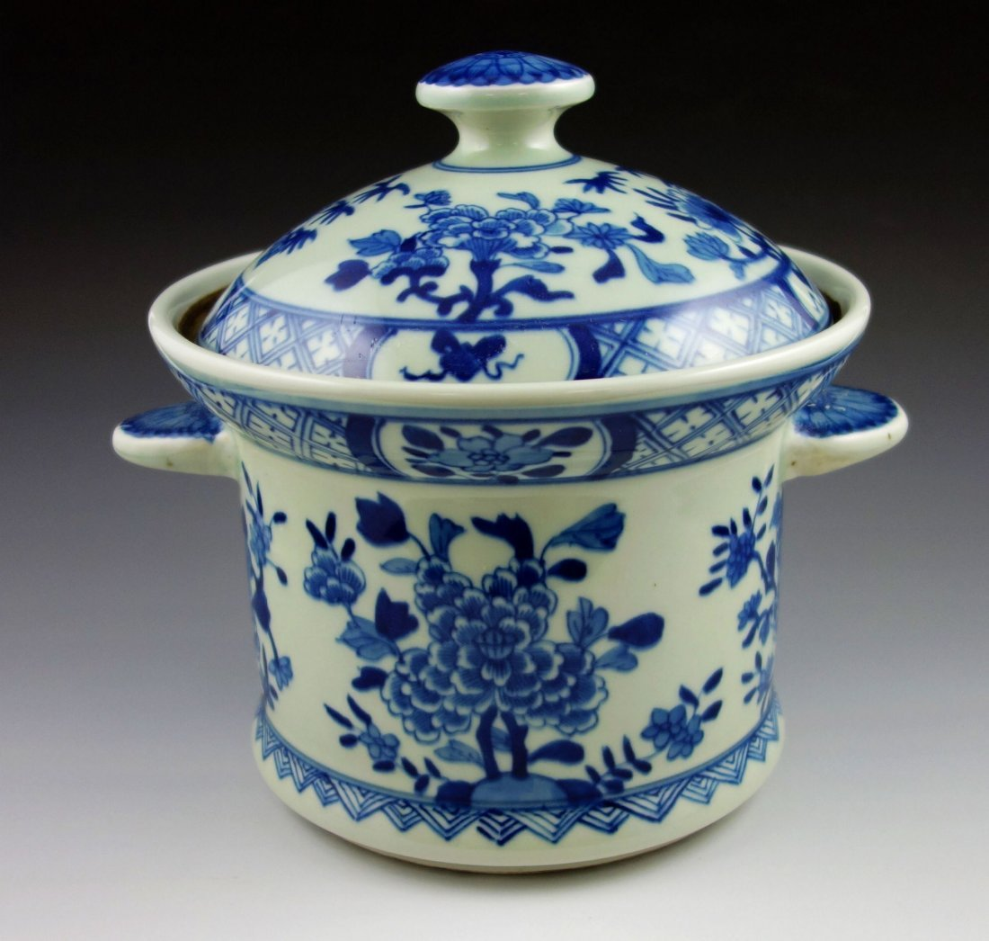 CHINESE BLUE AND WHITE PORCELAIN JAR POT WITH COVER