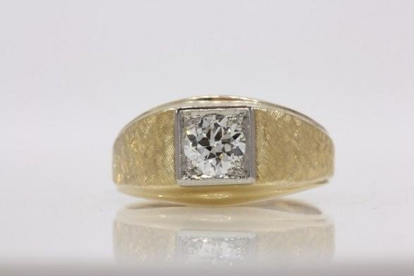 272: 14K YELLOW GOLD MAN'S RING W/DIAMOND.