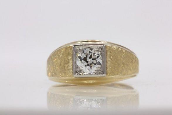 272: 14K YELLOW GOLD MAN'S RING W/DIAMOND.
