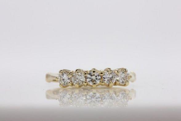 273: 14K YELLOW GOLD LADIES RING W/DIAMONDS.