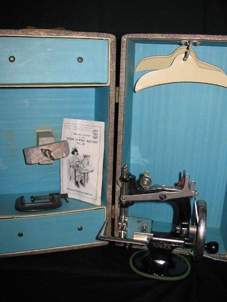 671: 1926 CHILD'S SINGER SEWING MACHINE NO. 20 & CASE.