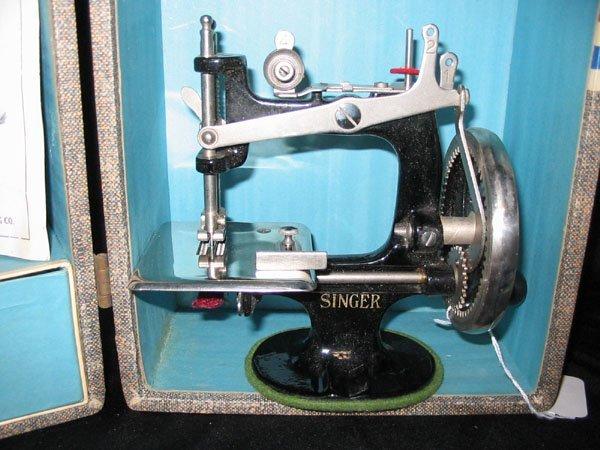 671: 1926 CHILD'S SINGER SEWING MACHINE NO. 20 & CASE. - 2