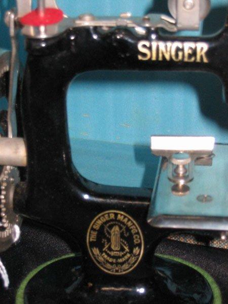 671: 1926 CHILD'S SINGER SEWING MACHINE NO. 20 & CASE. - 3