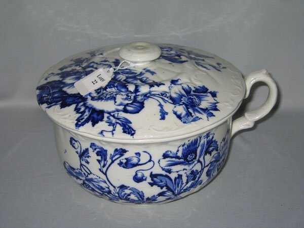 22: FLO BLUE COVERED CASSEROLE COLONIAL POTTERY