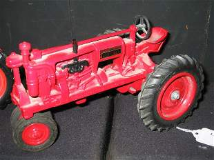 """ERTL """"FARMALL"""" TOY TRACTOR.(RED)"""