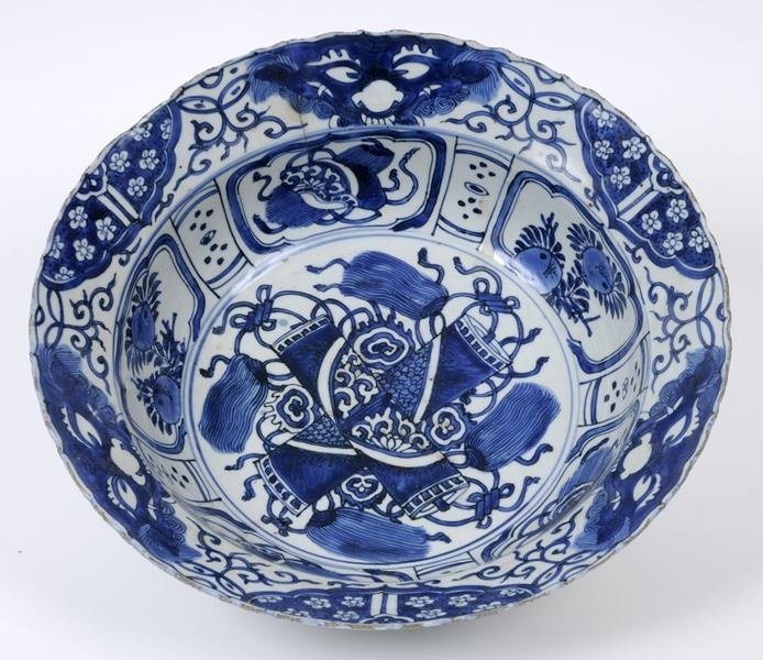 A Chinese Kraak porcelain bowl, with a wavy rim,