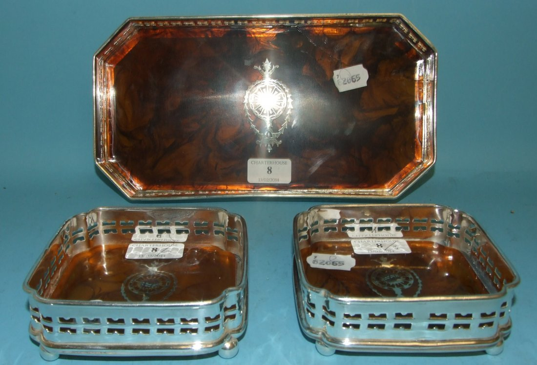 A pair of coasters, and a matching tray (a.f.), 28 cm