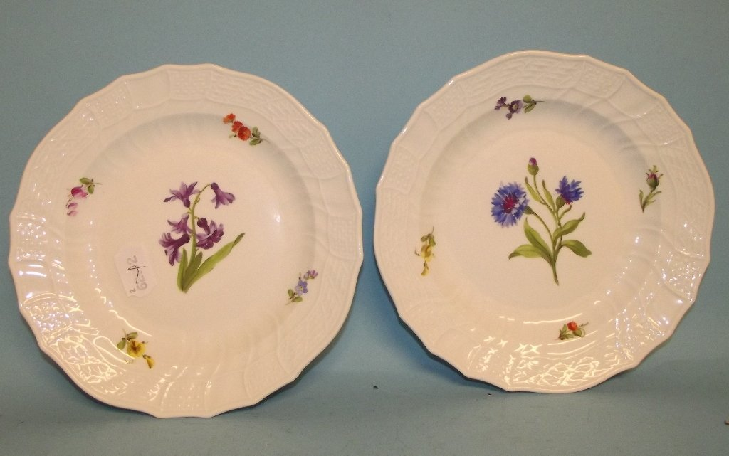 A pair of Meissen porcelain plates, decorated flowers