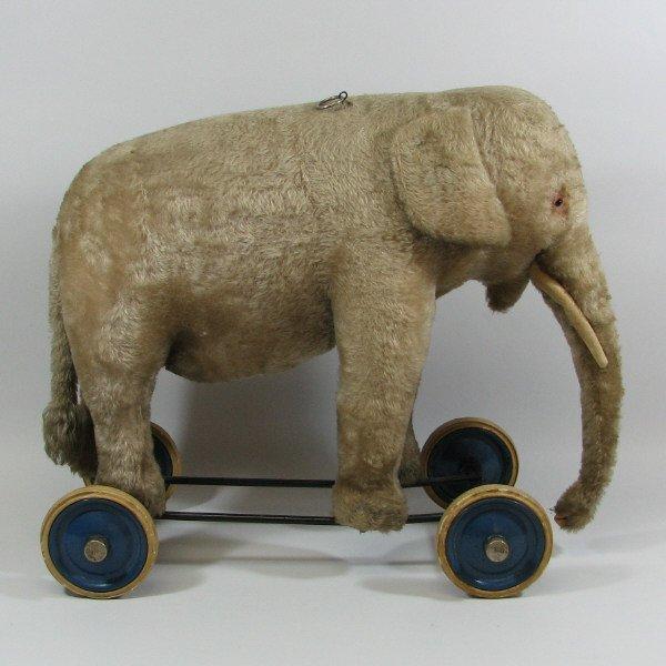 4160: Steiff Elephant on Wheels