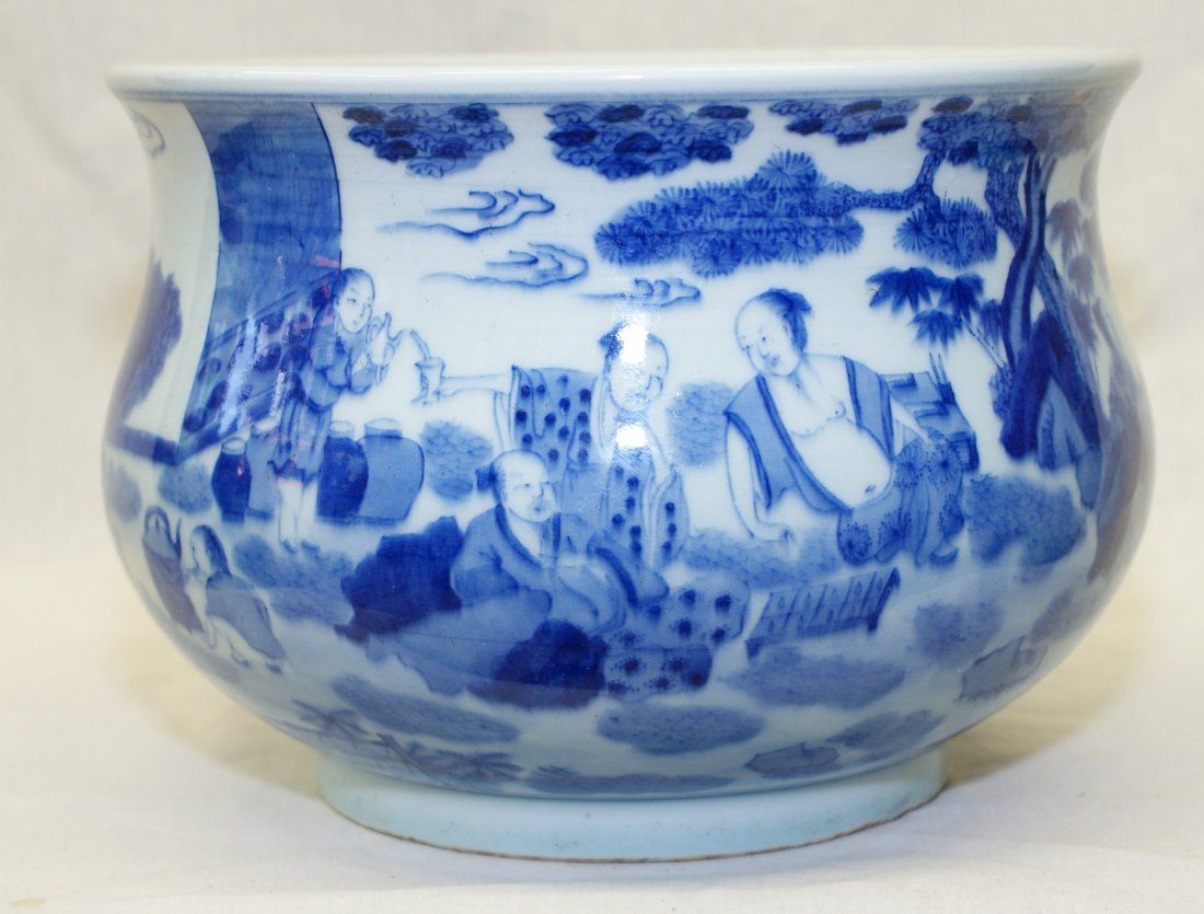 Blue and white zun. Earlier Qing Period.