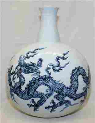 Blue and white vase. Early Ming Period.
