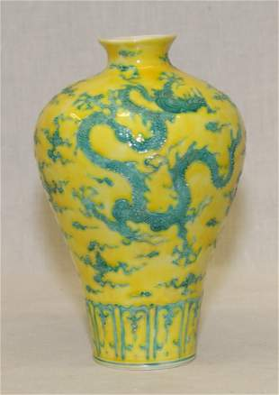 Yellow and green double dragon vase. Ming Chenghua Mark