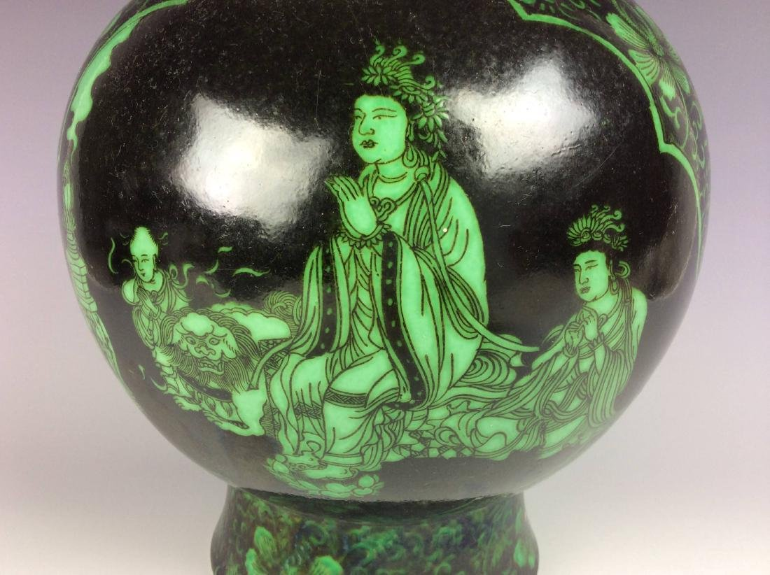 Rare Chinese vase painted with  malachite green figures - 4