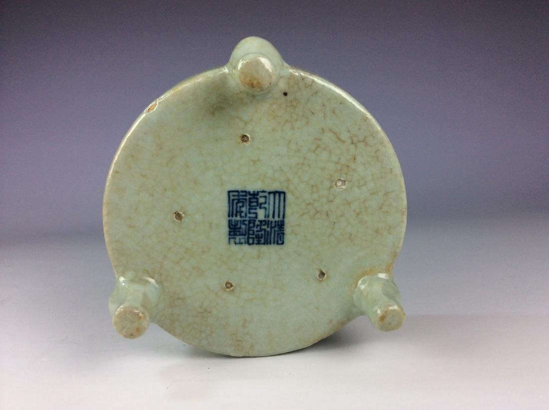 Chinese celadon crackled glaze tripod washer with mark - 4