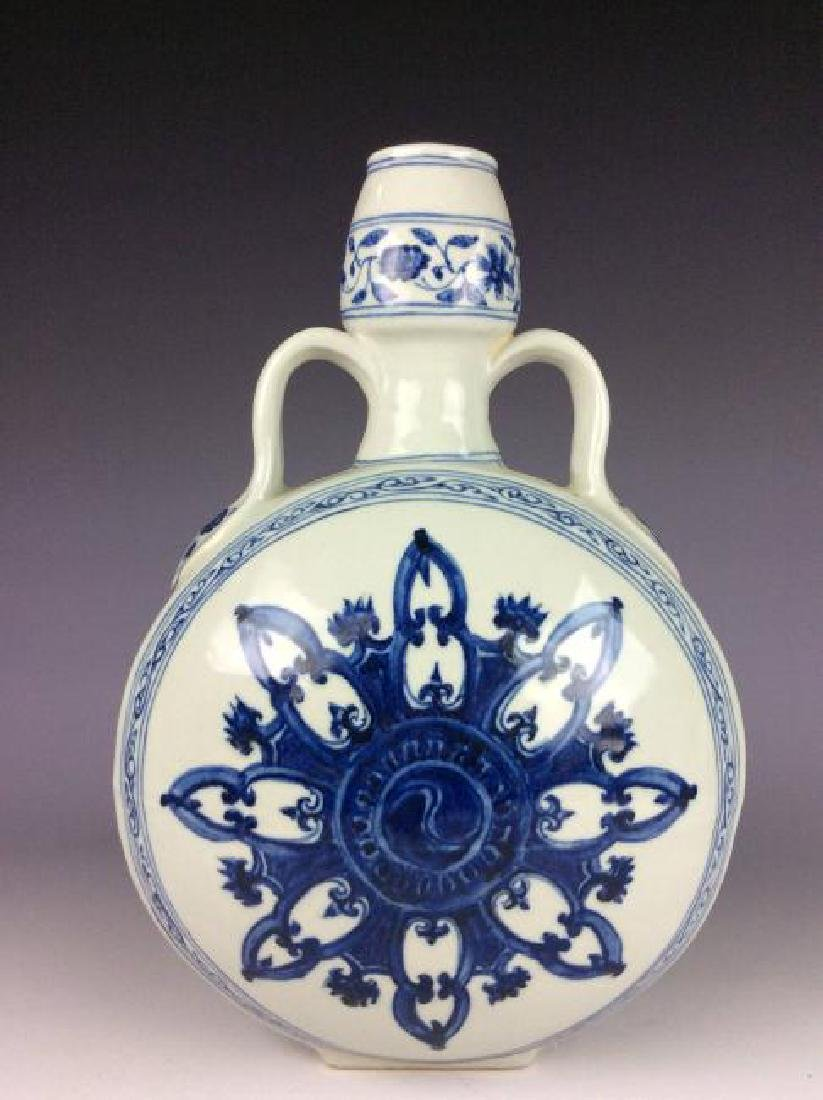 Fine Chinese porcelain vase, blue & white glazed, - 2