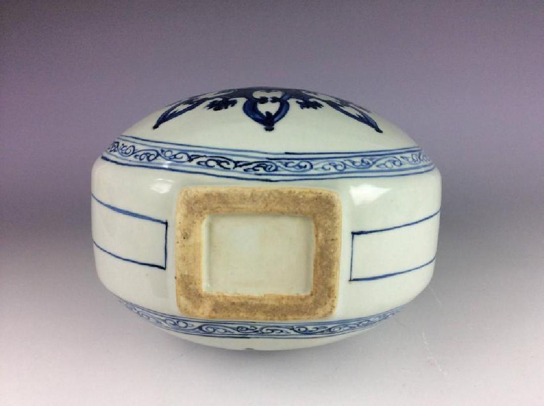 Fine Chinese porcelain vase, blue & white glazed, - 5