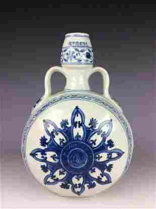 Fine Chinese porcelain vase, blue & white glazed,