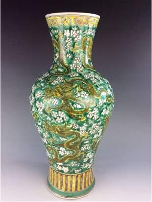 Elegant Chinese porcelain bowl Verte glazed decorated