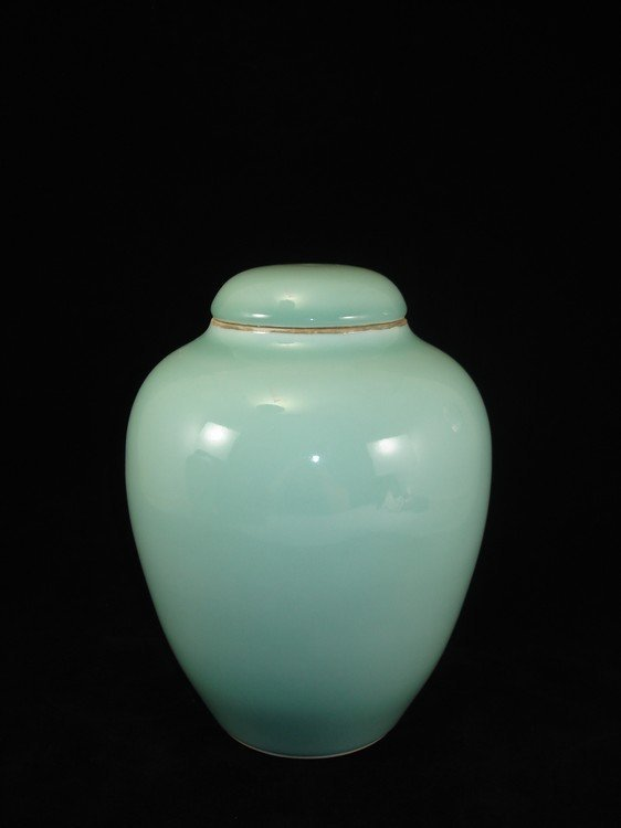 Fine Chinese celadon /green pea pot glaze with cover,
