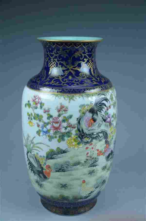 Fine Chinese porcelain vase, decorated with famille