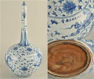 Important Chinese porcelain vase with long neck,  blue