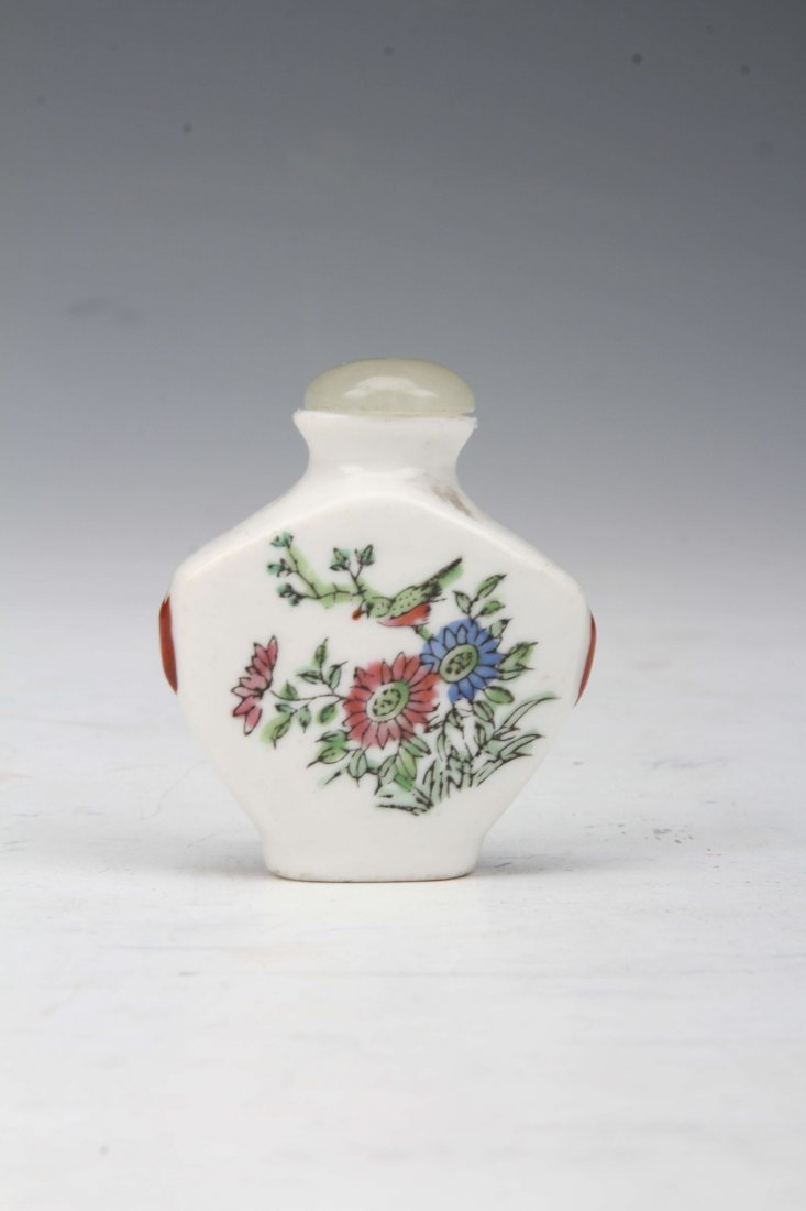 [CHINESE]A SNUFF BOTTLE PAINTED WITH FIGURE FLOWER AND