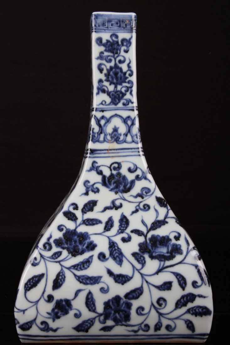 [CHINESE]A LATE 19TH CENTURY BLUE AND WHITE VASE