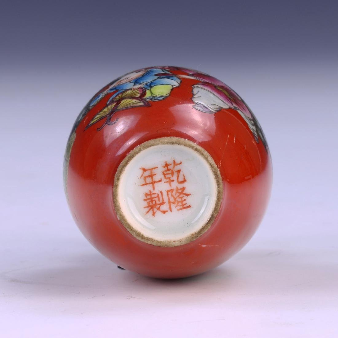 A CHINESE ANTIQUE FAMILLE ROSE PORCELAIN SNUFF BOTTLE - 3